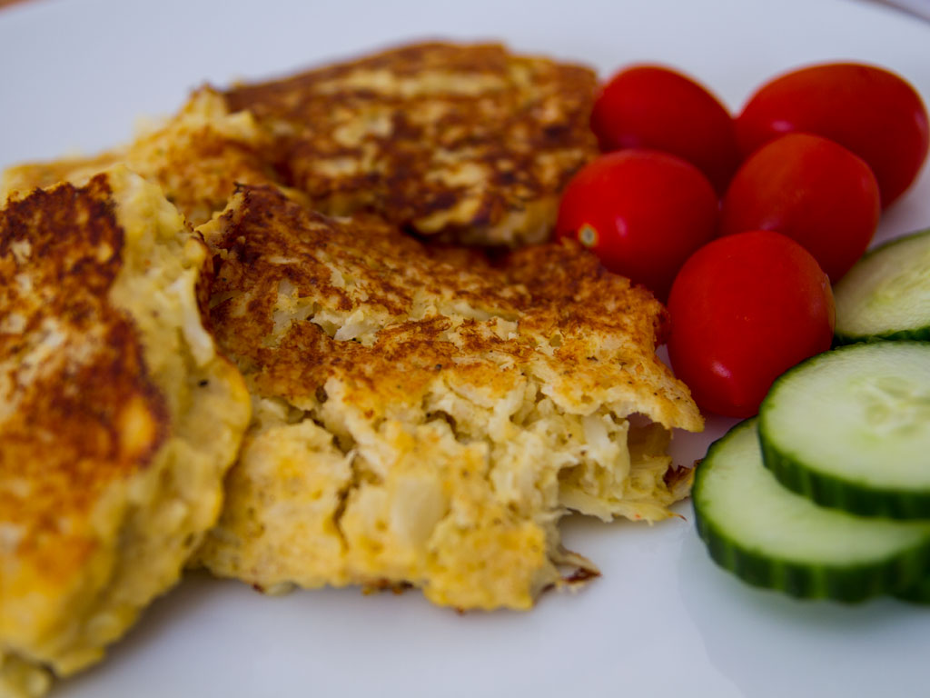 low-carb-cheesy-cauliflower-pancakes-01
