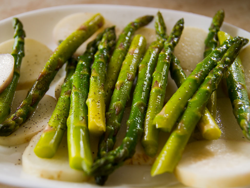 lemongrass-glazed-tuna-on-grilled-asparagus-and-turnip-salad-02