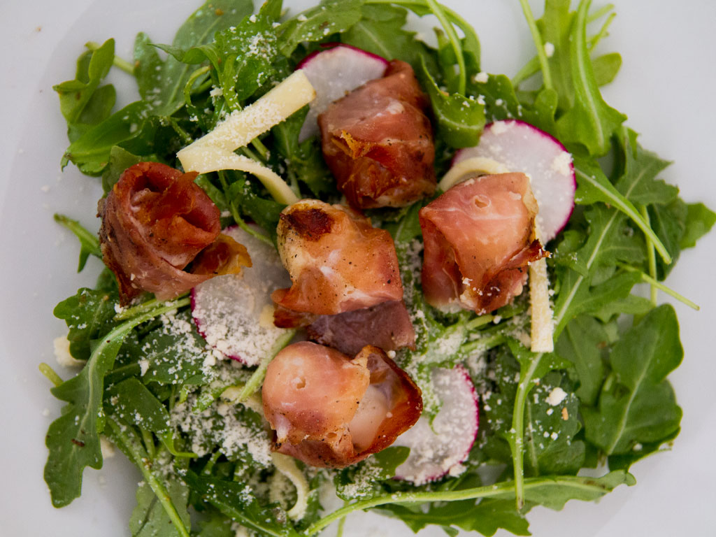 grilled-prosciutto-wrapped-scallops-over-arugula-greek-salad-01