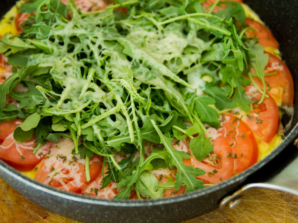 omelet-with-cheese-tomato-and-arugula-01