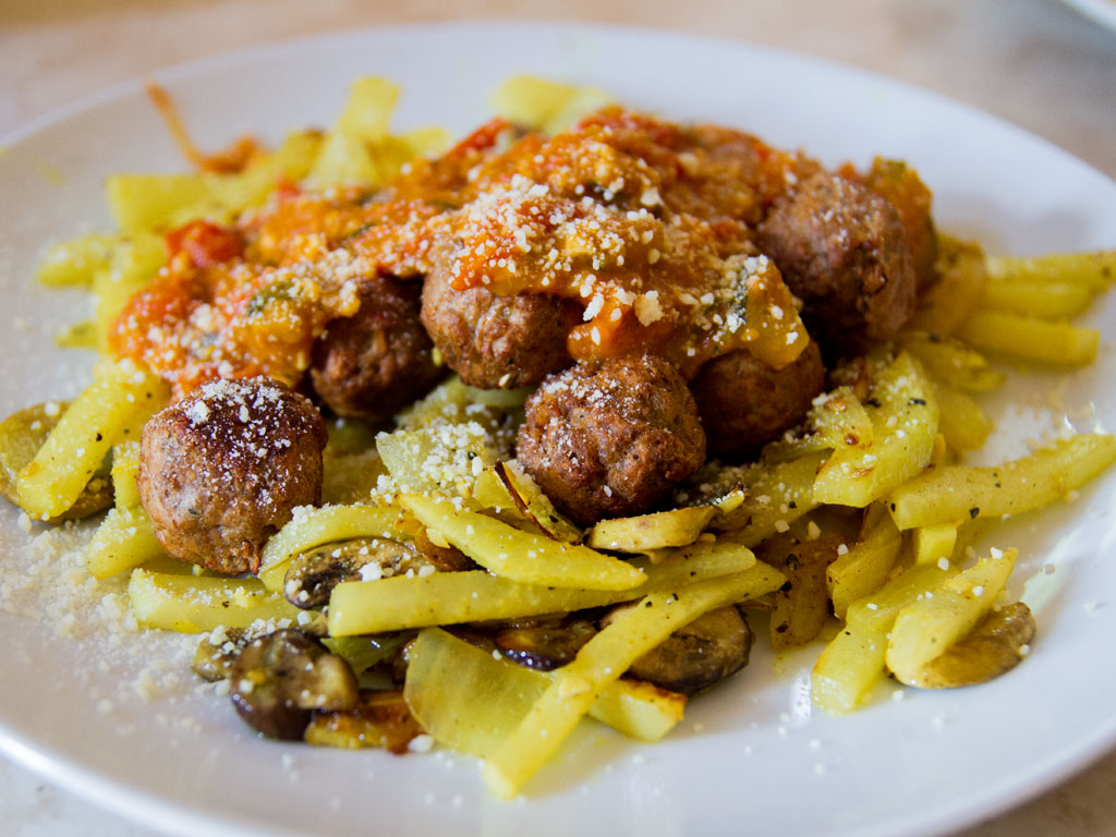 tomato-and-sweet-pepper-sauce-with-veggie-meatballs-and-kohlrabi-01